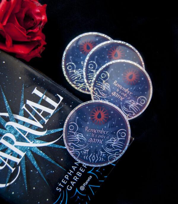 Conjunto de 4 Stickers Caraval junto al libro